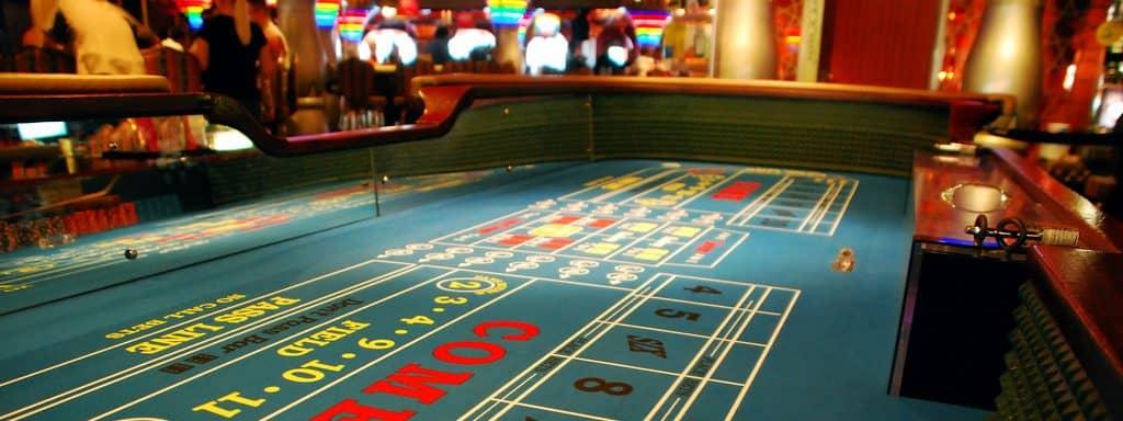 Een craps tafel in een fysieke casino